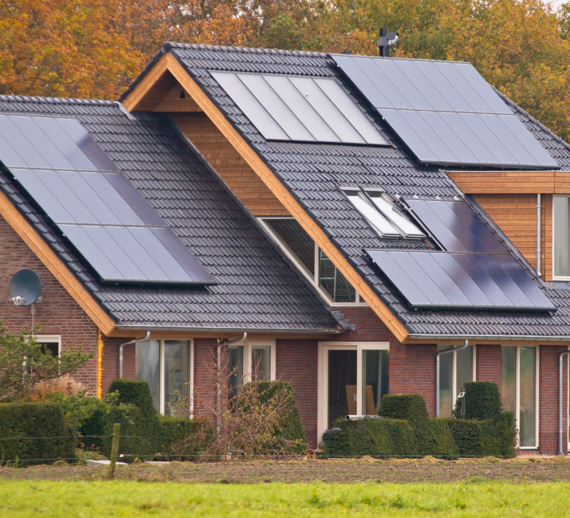 Ontario-home-with-solar-panels